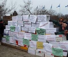 « Mur » de boites en carton, chacun avec un mot ou un message écrit par les gens, en commémoration des luttes de 2001.
