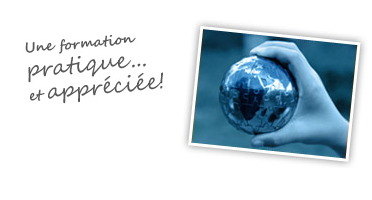 photo noir / blanc, filtre bleuté : une main tient un petit globe terrestre en métal. « Une formation pratique et appréciée !»