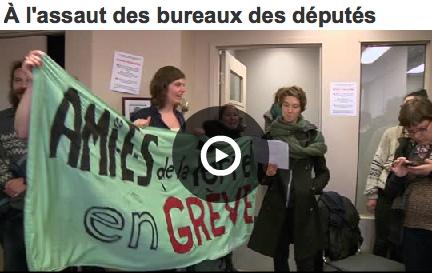 Copie-écran du début du vidéo : bannière Amies de la Terre en grève. On voit surtout trois des manifestantes, dans un bureau vitré..