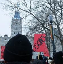 Page couverture : photo d'une petite foule devant le Centre médical St-Vallier. Bannière : Pour des soins de santé proches des gens. Plusieurs manchettes trop petites à lire sur l'image.