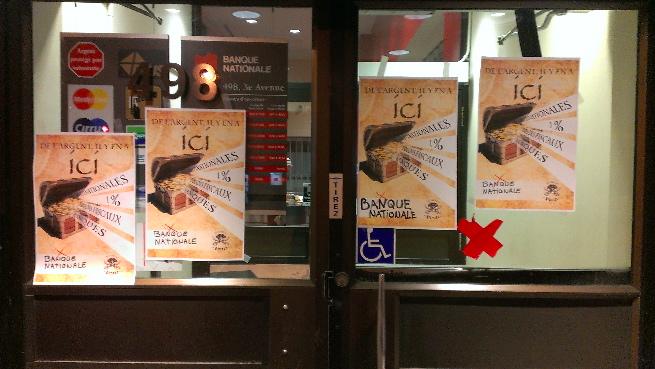 Photo : deux portes modernes vitrées de la Banque nationale avec 4 affiches pour l'action du 16 mars 2016.