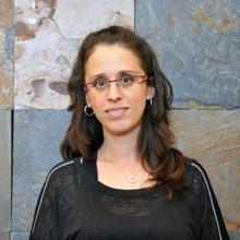 Photo : portrait d'Isabelle Padula, formatrice.  Cheveux long bruns, lunettes, gillet noir.