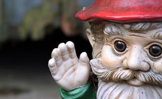 Photo du visage d'un gnome de jardin, soit une petite statuette mignonne d'un gnome, chapeau rouge et ye</body></html>