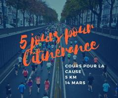 Affichette sur fond d'une photo de coureurs/coureuses l'été sur un boulevard sous le niveau du sol, entouré d'arbres verts. 5 jours pour l'itinérance - Course pour la cause - 5 km - 14 mars.