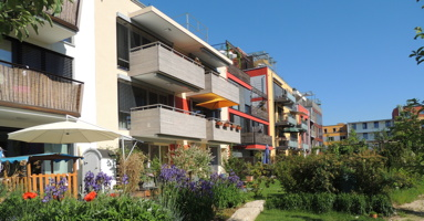 Photo des arrières-cours de blocs appartement à trois étages avec beaucoup de jardins et ce verdure.