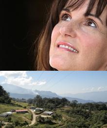 Visage de Joan Bluteau regardant vers le ciel ; yeux bruns, cheveux brun-roux, taches de rousseur, souriante. Dessous, une photo de Los Ranchos dans San Marcos au Honduras, soit six maisons réparties autour d'une route dans une zone verte.