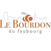 Logo sur carré blanc : Le Bourdon du faubourge, en lettres orange caramel. Demi-lune en triple. Ligne au-dessus représentant des toits et pignons, notamment le Complexe G, l'église, etc.