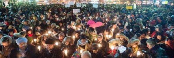 Photo d'une foule tenant des chandelles et quelques pancartes en solidarité avec les victimes et la communauté musulmane après le massacre à Québec en 2017.