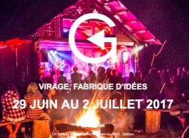Affichette sur fond d'une photo de nuit (filtre mauve) d'une foule à l'extérieur devant une scène qui est une cabane en bois ronds. Feu de camp derrière la foule.