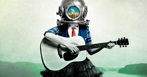 Dessin coloré conceptuel : une jeune femme joue de la guitare, mais elle porte un casque ancien de scaphandre des profondeurs. Dans la fenêtre du casque, un voit trois oisillons dans un nid. Elle porte un gilet à carreaux et une jupe tous deux rayés bleu et bleu foncé et une cravate rouge.
