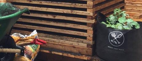 Photo : bac en beau bois brun, espaces d'aération entre chaque étage ; brouette ; sac en textile noir marqué du logo de Verdir Saint-Roch et contenant des plantes vertes.
