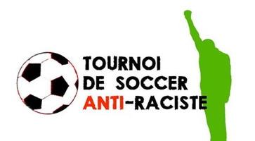 Affichette sur fond blanc : ombre verte lime d'un homme debout, tenant un bras levé bien haut. Ballon de soccer. Dans le titre, le mot anti est écrit en rouge vif.