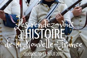 Affichette sur fond d'une photo d'un régiment français d'époque, en ligne, armant le marteau de leurs fusils. On voit seulement leur torse et le haut de leurs jambes. Uniforme beige, aux manches et cols bleus. - Québec, 10-13 août 2017.