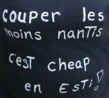 Sur fond noir d'un t-shirt « couper les moins nantis, c'est cheap en esti ! ».