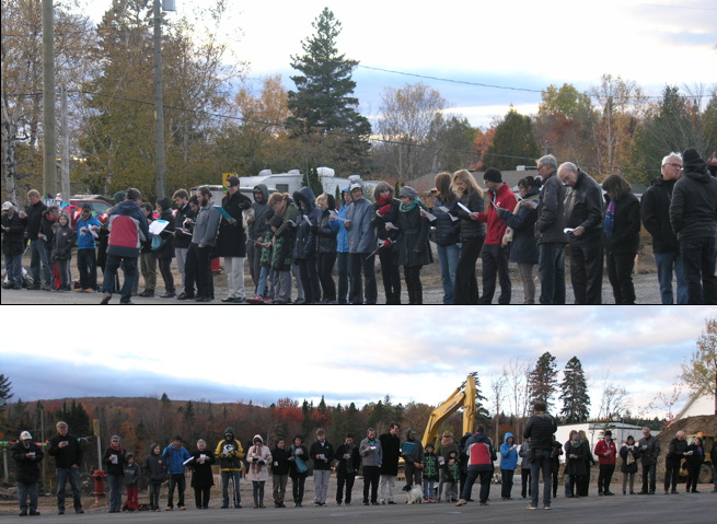 Deux photos de la chaîne humaine : on voit environ 40 personnes par photo, côte-à-côte, de divers âges, le long de la route. Derrière, des arbres aux couleurs de l'automne. Il y a un pelle mécanique de construction derrière un des groupes.