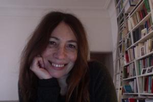Photo de la conférencière : chez elle, beau sourire, cheveux très long roux-bruns.</body></html>