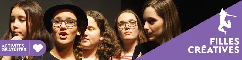 Bannière sur fond mauve-violet : cinq jeunes adolescentes, cheveux bruns-roux, deux à lunettes, une semble chanter. - Activités gratuites. Filles créatives. Dessin d'une femme s'élançant vers le ciel (sautant).