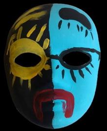 Sur fond noir, un masque coloré : à votre gauche, l'oeil ressemble à un soleil rayonnant, à votre droite, l'oeil est cerné noir et semble couvert par un nuage. La bouche est un trait triste, rouge sang.