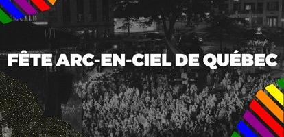 Photo en noir et blanc d'une foule dense sur la Place d'Youville devant une scène.  Aux coins sont ajoutées des lignes aux couleurs arc-en-ciel jaillisent sur une court distance. En bas à gauche, une poudre étoilée et d'orée.