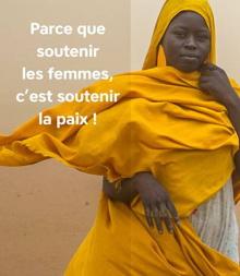 Photo d'une femme africaine, se protégeant du vent avec une grande cape jaune-orange. « Parce que soutenir les femmes, c'est soutenir la paix ! »