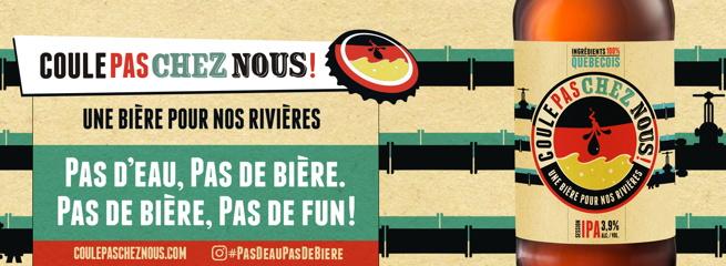 Bannière : une bouteille beige avec un cercle Coule pas chez nous. Une tache d'huile traverse une marée rouge et jaune. Une bière pour nos rivières. Pas d'eau, pas de bière.