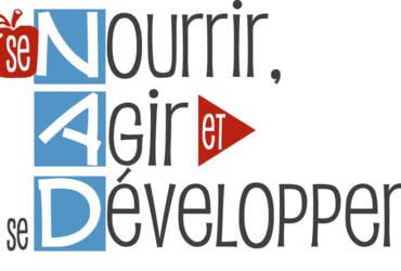 Logo NAD : Le mot « Se » est une petite pomme rouge. Le mot « et « est une flèche rouge. Les lettres NAD sont en carrés de couleur bleu pâle.