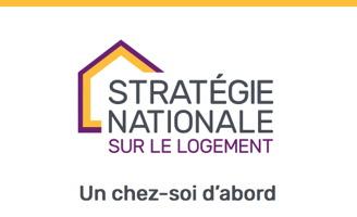 Logo : une ligne mauve et une ligne jaune-orange ensembles forment une maison derrière les mots « Stratégie nationale sur le logement ». « Un chez-soi d'abord ».