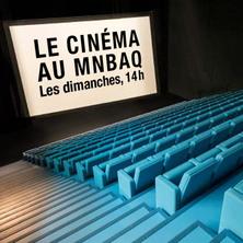 Affichette : on voit les beaux bancs bleus de la salle dans la noirceur. Une grande affiche blanche se lit « Le cinéma au MNBAQ Les dimanches 14 h ».