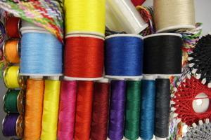 Photo : vue de près de bobines de fils de diverses couleurs.
