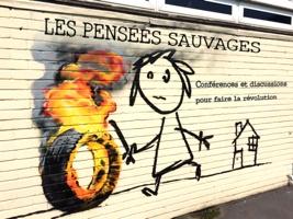 Peinture urbaine de Bansky : filette en lignes alumettes jouant avec un pneau enflammé. Elle semble triste. « Les Pensées sauvages ». « Conférences et discussions pour faire la révolution ».