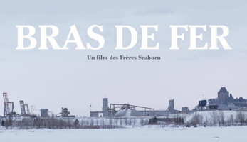 Photo d'affiche : grand ciel gris-bleu ; sur la glace et neige, des structures industrielles du port vues de loin, ainsi que le Château Frontenac. « Bras de fer ». « Un film des Frères Seaborn ».