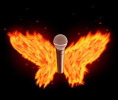 Un micro moderne entouré de flammes, comme des ailes enflammées.