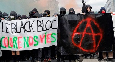 Deux photos de groupes de jeunes personnes vêtues en noir et cachant leur visage: un groupe tient une bannière blanche se lisant Le black bloc colore nos vies. L'autre une bannière noire avec un symbole anarchiste rouge vif.