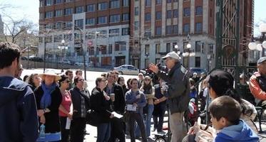 Photo : Réjean Lemoine, parlant à une foule, sur la Place d'Youville lors d'une édition passée.</body></html>