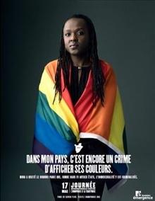 Petite version de l'affiche officielle : une femme à la peau brune porte le drapeau arc-en-ciel sur ses épaules. « Dans mon pays, c'est encore un crime d'afficher ses couleurs »