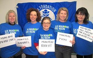 Cinq femmes, dont une jeune, portant toutes les tshirt bleu Marche du rein, tiennent chacune une affichette nommant qui est affecté par une insuffisance rénale: Mon ami, Mon fils, Mon père, Mon frère, Ma fille, etc.