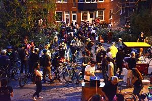 Photo d'une édition passée : une centaine de cyclistes et de piétons sur la côte Badelard qui fêtent. Kiosques et hotdogs aussi.