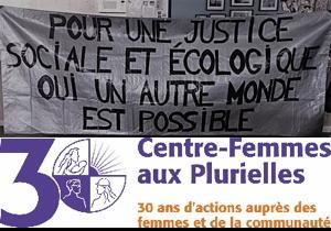 Photo et logo : photo d'une bannière argentée se lisant « Pour une justice sociale et écologique. Oui, un autre monde est possible ». Logo Centre-Femmes aux Plurielles - 30 ans d'actions auprès des femmes et de la communauté.