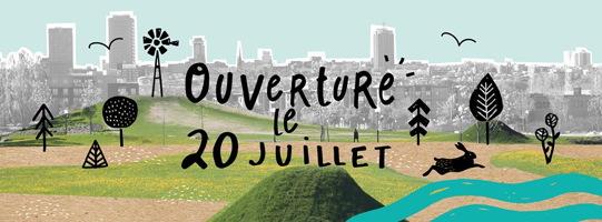 Bannière web : paysage vert simple, avec petits dessins noirs d'arbres, moulin à vent, un lièvre court. Sur fond d'ombre grise du paysage de la ville de Québec.