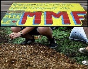 Deux photos : 1) pancarte en bois jaune avec les mots : Rétablir Coopération Espoir Changement Moi - MMF.</body></html>