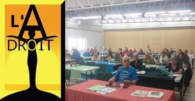 Logo et photo d'un atelier. Logo : une forme humaine, les bras levés comme faisant l'avion, air élancé. Sur fond jaune et orange. L'A-Droit. Photo : trentaine de personnes derrière des tables en rangées, dans une salle éclairée par la lumière extérieure.
