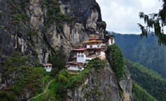 Photo: sur le bord d'une montagne très rocailleuse, haute et dangereuse, couverte d'arbustes très verts, des maisons y sont placées! De style asiatique.