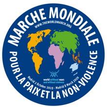 Logo : cercle bleu-mauve saturé avec dessin au centre des continents, en couleur différentes chacun. World March for Peace and Nonviolence.