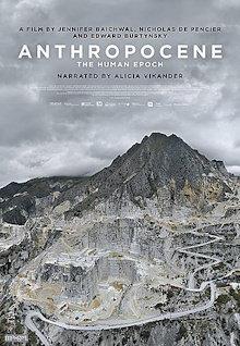 Affiche du film, format miniature et francophone : énorme mine tout le long d'une grande montagne, donc tout gris, parfois beige. Le ciel est nuageux et blanc..