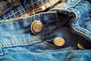 Photo de jean (pantalon) vu de près, au niveau de la ceinture.