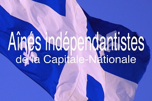 Photo d'un drapeau du Québec qui bat au vent. En lettres blanches par-dessus: Aînés indépendantistes de la Capitale-Nationale.