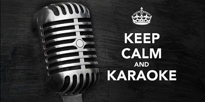 Micro en métal ancien style, sur fond noir marbré. « Keep calm and Karaoke »