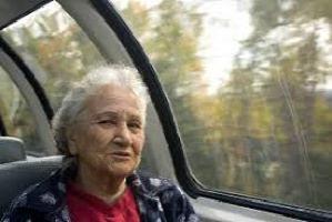 Photo : une dame aux cheveux blancs dans un autobus inter-urbains.