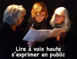 Photo : sur fond noir, trois femmes lisent ensemble un texte. Deux ont des cheveux gris et blanc. Une rousse. « Lire à voix haute, s'exprimer en public »