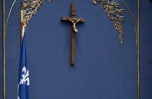 Photo du crucifix sur le mur bleu de l'Assemblée nationale du Québec.